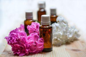 la combinación de sus aceites esenciales en diferentes proporciones son los responsables del efecto analgésico local del bçalsamo de tigre rojo y el bálsamo de tigre blanco