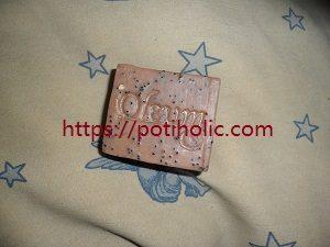 las semillas de amapola se emplean en la industria jabonera para conferir una acción exfoliante suave a las pastillas de jabón. También las usan los artesanos del jabón.